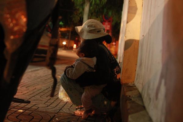 Bố qua đời, mẹ và bé gái 9 tháng tuổi ở vỉa hè, nhặt ve chai kiếm sống  1