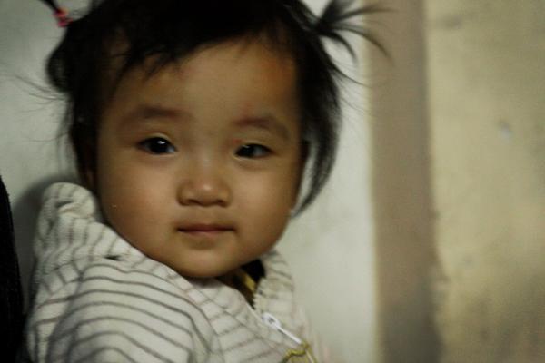 Bố qua đời, mẹ và bé gái 9 tháng tuổi ở vỉa hè, nhặt ve chai kiếm sống  3