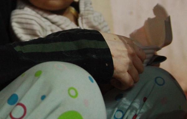Bố qua đời, mẹ và bé gái 9 tháng tuổi ở vỉa hè, nhặt ve chai kiếm sống  4