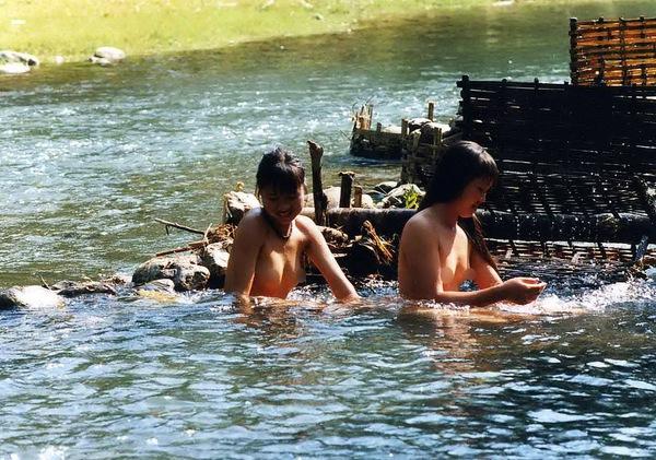 Thiếu nữ Thái vô tư tắm tiên bên suối 1