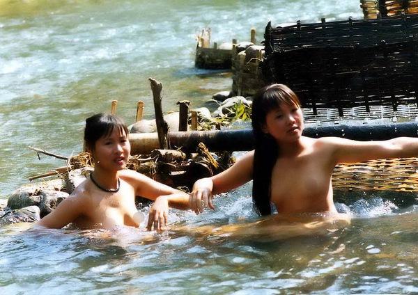 Thiếu nữ Thái vô tư tắm tiên bên suối 2