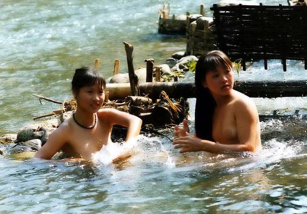 Thiếu nữ Thái vô tư tắm tiên bên suối 4