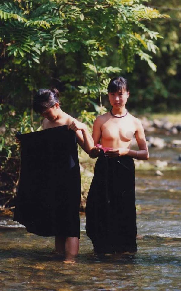 Thiếu nữ Thái vô tư tắm tiên bên suối 5