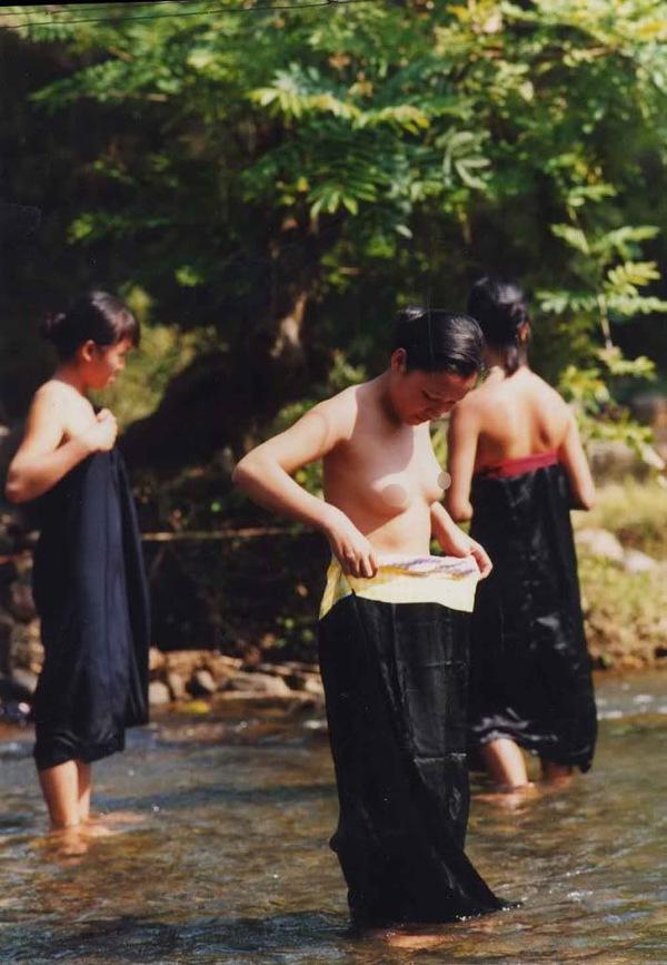 Thiếu nữ Thái vô tư tắm tiên bên suối 6