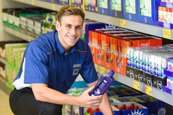 Kết quả hình ảnh cho nhân viên siêu thị aldi
