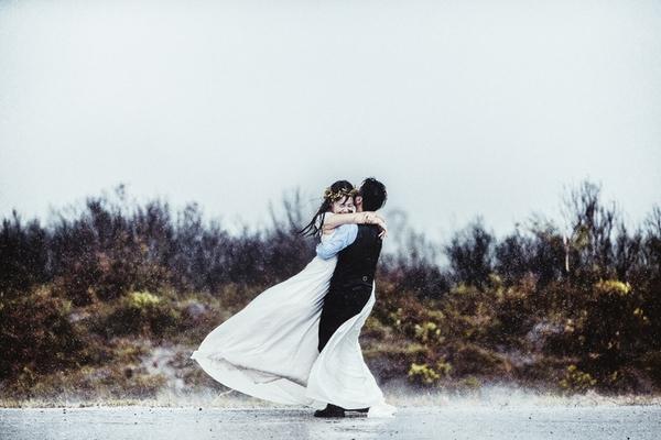 ảnh cưới mưa bão