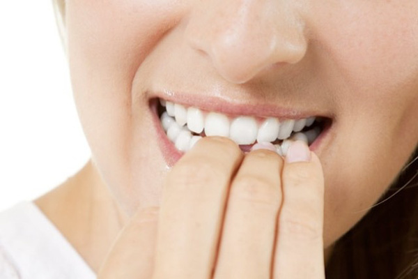 thói quen có hại cho hàm răng 2