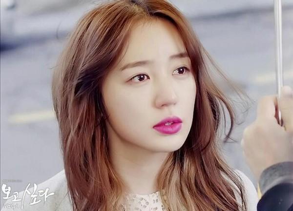 Học phong cách trang điểm môi hồng, lông mày nâu của Yoon Eun Hye 1