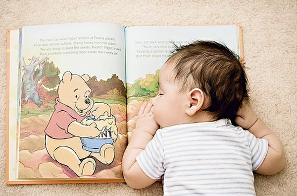 Bé đọc sách