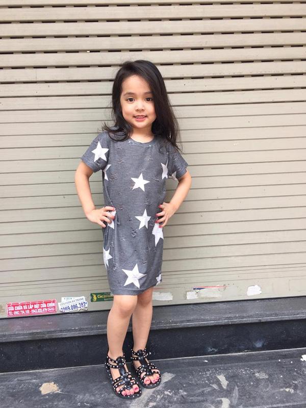 Bé gái 5 tuổi hát
