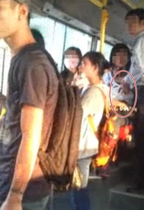 Clip thanh niên vô tư... sờ ngực bạn gái trên xe buýt gây sốc 1