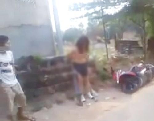 Sốc với clip hai mẹ con đánh ghen, lột trần tình địch giữa phố 6