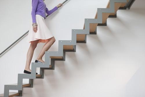 Đi lại bằng cầu thang bộ sẽ giúp phát hiện viêm khớp, tổn thương ở đầu gối 1