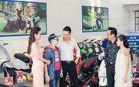 """Phan Hải – """"Con trai người phán xử"""" cùng vợ xinh đẹp đi chọn mua xe điện cho con"""