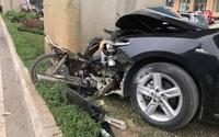 Hà Nội: Camry mất lái tông thẳng vào chân cột đường sắt trên cao, xe máy bẹp nát