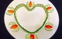 Chỉ với cà chua và dưa chuột bạn đã có thể trang trí đĩa ăn cực bắt mắt