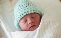Đội mũ 24/24 cho trẻ sơ sinh: tưởng không hại hóa ra hại không tưởng