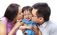 Chỉ cần bố mẹ thường xuyên ôm con, trẻ cũng được hưởng lợi không ngờ