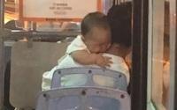 Bé sơ sinh được giải thoát khỏi tay kẻ bắt cóc nhờ bộ quần áo mặc trên người