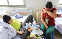 Nỗi nhọc nhằn trên chặng đường đi viện của những người mẹ có con bị Hemophilia