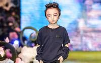 Thiên Ân - cậu bé sinh non chỉ nặng 1,2kg làm mặt ngầu, tự tin trình diễn thời trang trên sàn catwalk