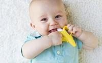 """""""Quả chuối"""" được các bà mẹ Mĩ tin dùng cho trẻ sơ sinh tự làm sạch răng miệng"""