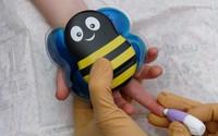 Chú ong đáng yêu giúp bé con chống chọi với nỗi sợ đau khi tiêm phòng trong tích tắc
