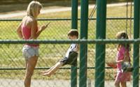 Vâng, tôi chính là bà mẹ chúi mũi vào điện thoại khi đi công viên cùng con đấy