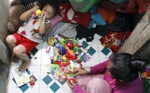 Cuộc sống trong ngôi nhà 1m2 của 2 mẹ con giữa trung tâm Sài Gòn: Sáng bám vỉa hè, đêm ngủ ngoài cửa