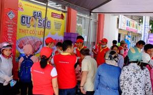 """Nhiều chị em Sài Gòn chen chúc từ sáng sớm, hùn tiền mua thịt heo giảm giá """"sốc"""""""
