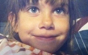 """Gia đình cô bé 7 tuổi """"tan nát"""" vì con gái bị kẻ lạ mặt sát hại tàn nhẫn bởi lý do không ngờ"""