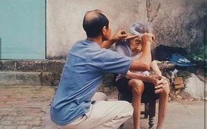 Bức ảnh người con trai cắt tóc cho mẹ già lay động trái tim cộng đồng mạng