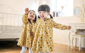 Cặp sinh đôi 2 tuổi: cứ dễ thương và mặc xinh thế này ai mà không yêu cho được
