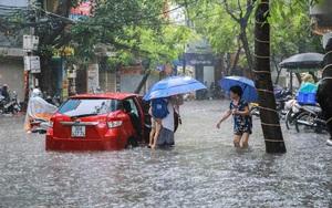 Hà Nội mưa xối xả, nhiều tuyến đường lại xảy ra ngập úng