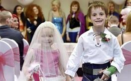 Bé 5 tuổi ung thư giai đoạn cuối 'cưới' cậu bạn thân trong đám cưới cổ tích