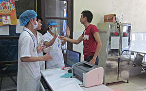 Hà Nội: Người nhà bệnh nhân xông vào Bệnh viện hành hung, bắt bác sĩ quỳ lạy
