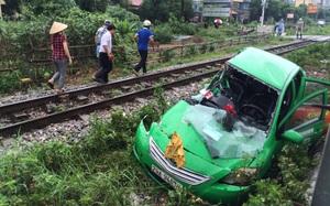 Hà Nội: Chiếc taxi bị tàu hoả kéo lê hơn 20m, tài xế bị thương nặng kẹt lại trong xe