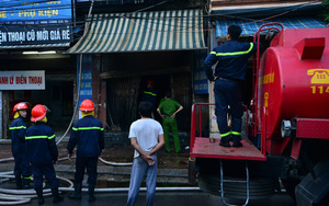 Hà Nội: Căn nhà 2 tầng cháy rụi lúc 3h sáng, cảnh sát PCCC phải cắt khóa để tiếp cận vào bên trong