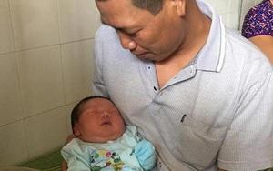 """Bố cháu bé sơ sinh nặng kỷ lục ở Vĩnh Phúc: """"Tôi không tin sự thật nên phải cân lại"""""""