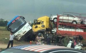 Xe khách bị húc đuôi, hàng chục hành khách hoảng loạn la hét trong xe