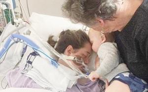 Khoảnh khắc lay động bé trai 17 tháng tuổi hôn vĩnh biệt mẹ bị chết não sau khi sinh em bé