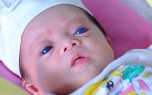 """Ánh mắt đầy ám ảnh của """"thiên thần mắt xanh"""" không thấy ánh mặt trời, chưa một lần gặp cha"""