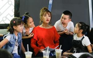 Hết bày trò trên ghế nóng, Bích Phương lại hài hước dụ thí sinh Idol Kids bằng trà sữa