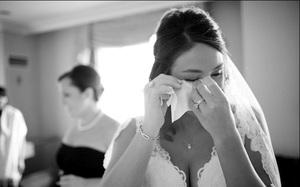 Vợ một mình tiến vào lễ đường, chồng làm một việc khiến vợ nước mắt lưng tròng trước mặt quan khách