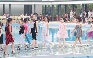Dàn mẫu nhí thử nghiệm sàn diễn trên mặt nước trong buổi tổng duyệt của Tuần lễ thời trang Thiếu nhi 2017
