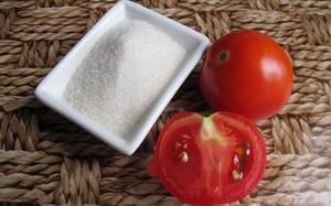 Cho đường và cà chua vào xay nhưng đừng uống mà hãy thoa lên mặt, da bạn sẽ sớm trắng hồng rạng rỡ