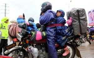 Trung Quốc: Bố buộc con sau xe máy, vượt 400km để về quê ăn tết