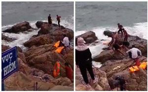 Ra mỏm đá trước biển chụp ảnh cưới, cô dâu bị sóng cuốn trôi, chú rể ngồi im nhìn người khác cứu