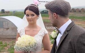 Đứng trước hôn lễ bốc mùi hôi thối, cô dâu liếc mắt nhìn chú rể không thèm nói một lời