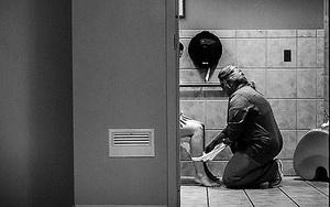 """Nỗi ám ảnh sau sinh mang tên """"đi vệ sinh"""" bỗng dịu dàng đến lạ khi người y tá quỳ xuống đỡ nâng"""